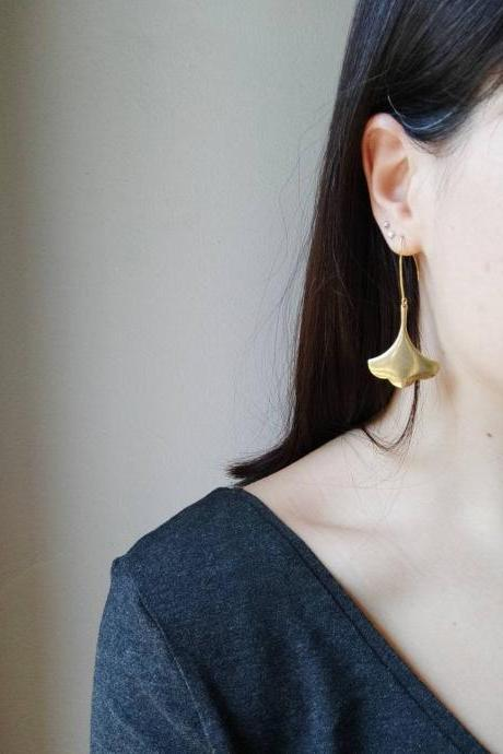 Golden brass dangling earrings in the shape of an arabesque flower