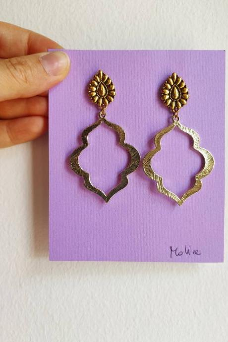 Arab-shaped golden brass earrings with lobe pin decorated with butterfly closure
