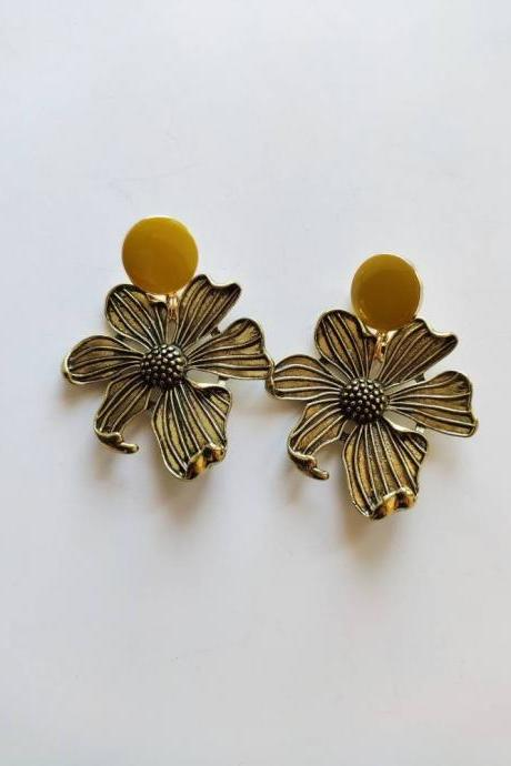 Ethnic earrings pendant brass bronze and closure with heavy but well-calibrated gold brass pin