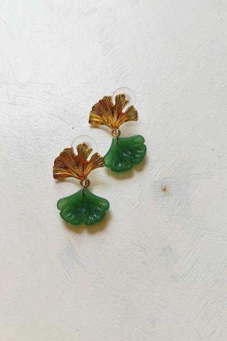 Gold-shaped gold brass pendant earrings in the shape of green Jade with zigzagging leaf