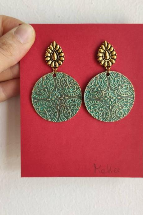 Ethnic earrings decorated pendant circle in gold and bronze brass with oriental blue details and lobe closure