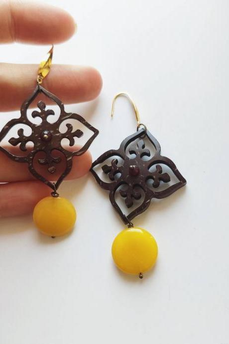 Arab flower-shaped dangling earrings with gold steel pin and yellow Jade stone