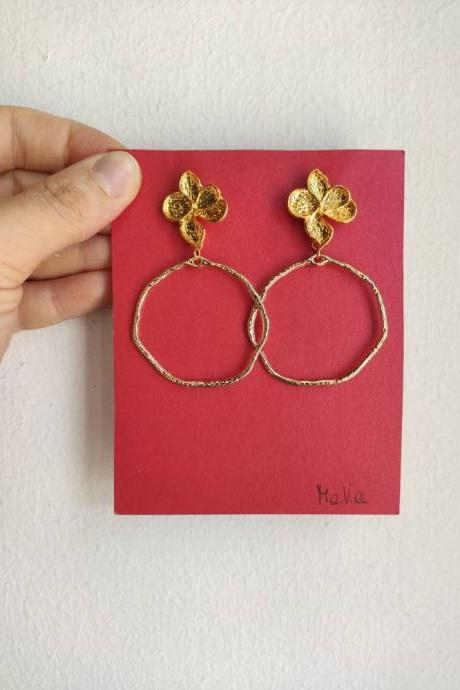 Gold brass pendant earrings, thin with flower-shaped lobe closure