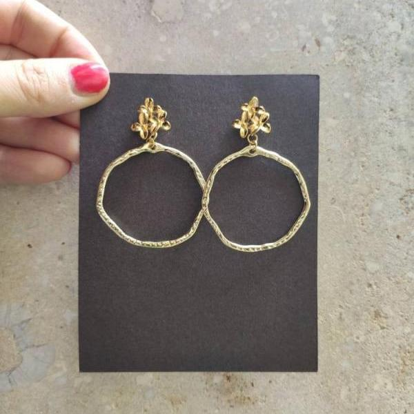 Gold brass hoop earrings, with a lobe closure in the shape of a flower